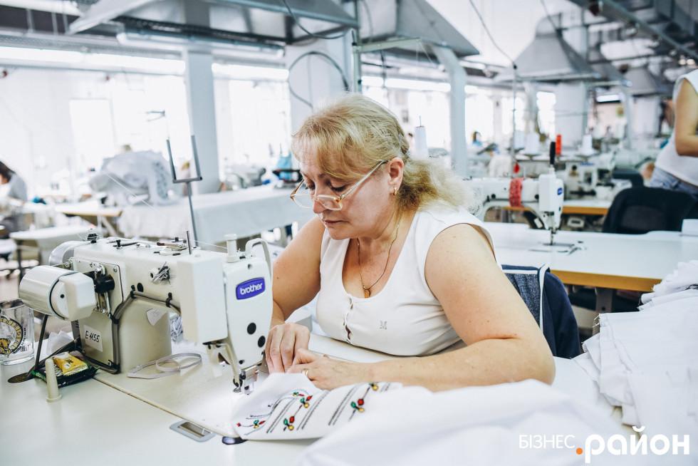 Працівниця швейного цеху не відволікається від роботи