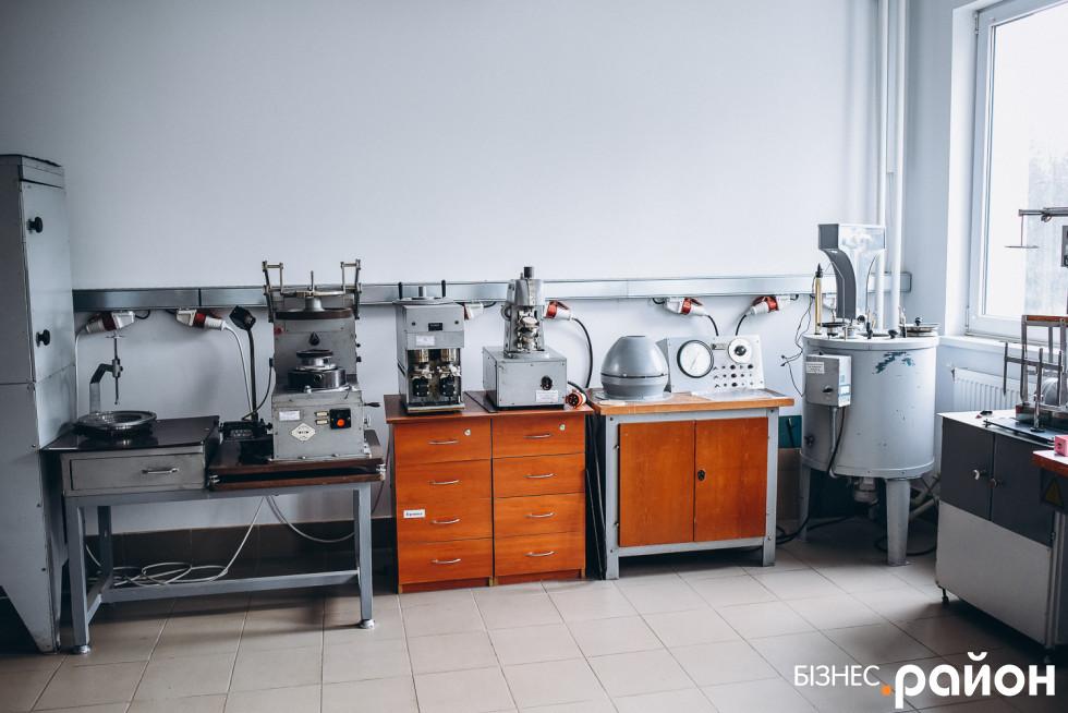 Лабораторія, де визначають якість виробів на всіх етапах